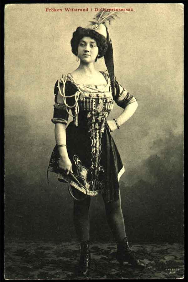 Naima Wifstrand som Daisy i Dollarprinsessan på Oscarsteatern 1909. Foto: Johannes Johansson (1856–1932) (Wikimedia Commons)