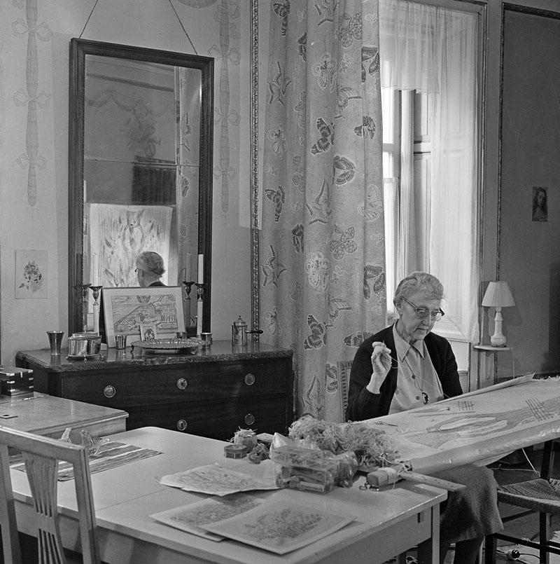 Louise Adelborg i sitt hem på Grev Turegatan i Stockholm, cirka 1960-tal. Foto: Lennart af Petersens (1913-2004). Stockholms stadsmuseum (FA 35454)