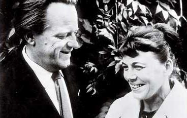 Gunnel Ahlin med sin make Lars Ahlin, 1960. Fotograf okänd. Bildkälla: Wikimedia Commons