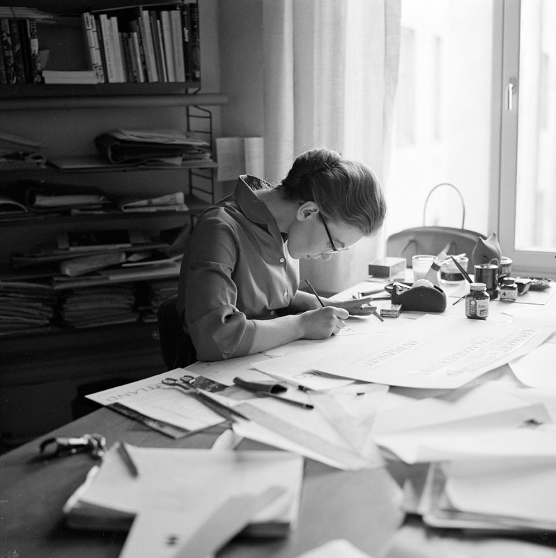 Kerstin Anckers i arbete på Bonniers, 1960. Foto: Herbert Lindgren (1919-1987). Stockholms stadsmuseum, Fg 8834