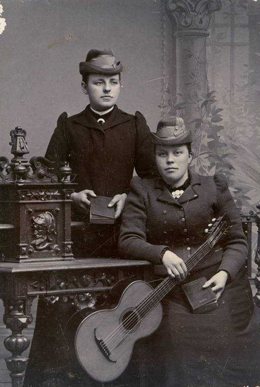 Alma Andersson (left) and Klara Eriksson, year unknown. Photo: Maria Viktoria (Tora) Pettersson (1864-1924). Privately owned image