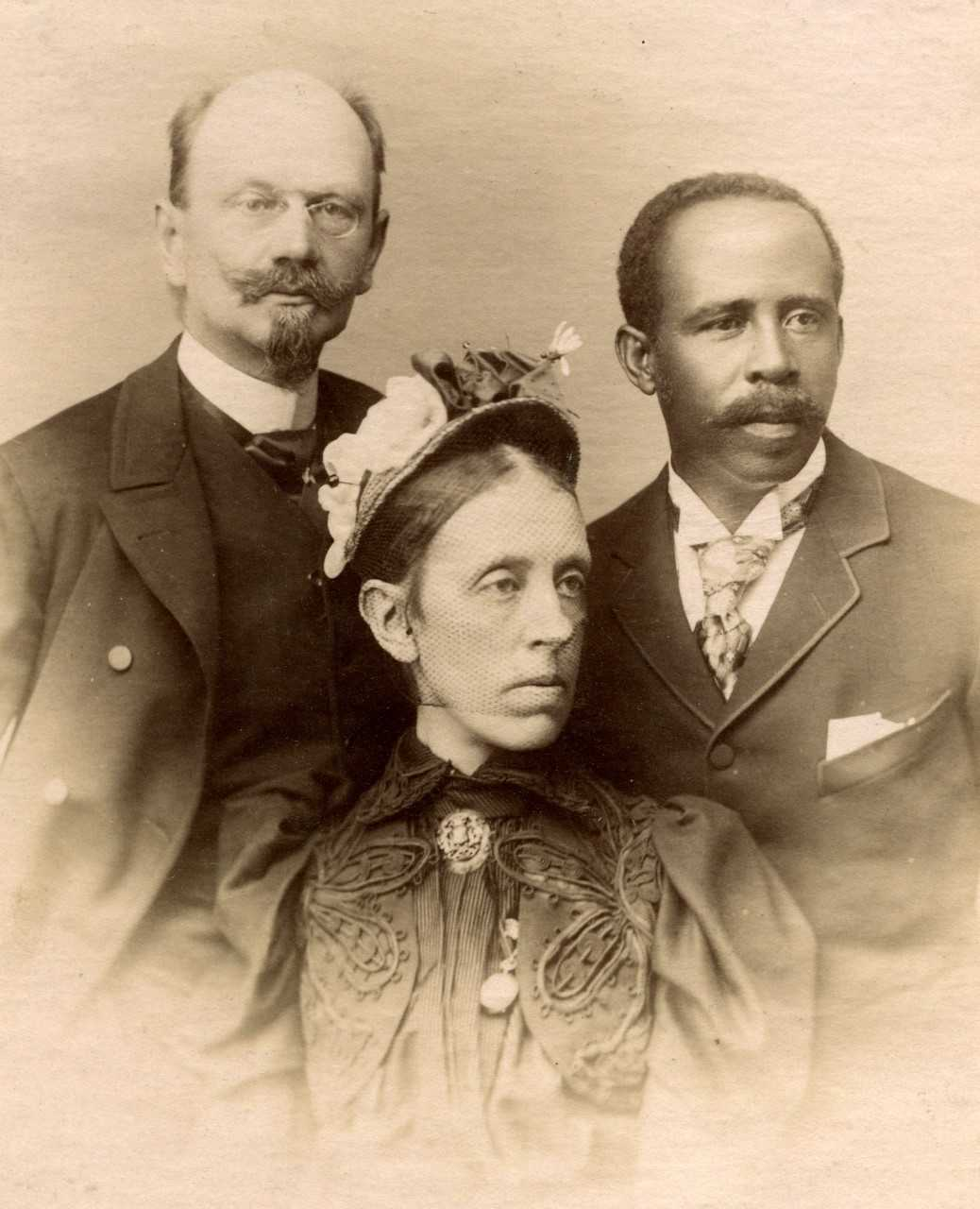 Karl-August and Nathalie Andersson-Meijerhelm and — according to a later note on the back — former slave Onesinas. Photographer and year unknown (Lindesbergs kulturhistoriska arkiv)