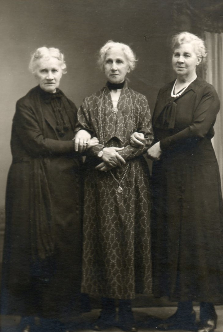 Anna Björling with sisters Hanna Alsterberg and and Isabella Gill. Photographer and year unknown (privately owned image)