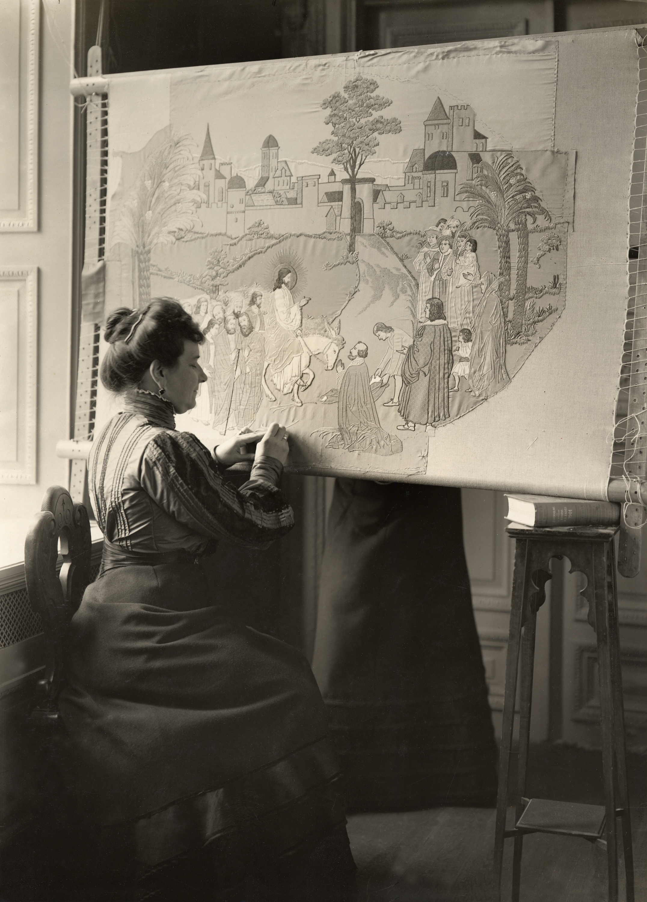 A woman, assumed to be Mimmi Börjesson, working on an embroidery, 1902. Photo: Anton Blomberg (1862-1936). Nordiska museet, NMA.0073207