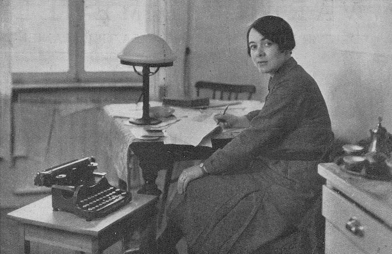 Karin Boye vid sitt köksbord. Idun, 1931, fotograf okänd. Bildkälla: Svenskt Porträttarkiv (CC-BY-NC-SA 4.0)