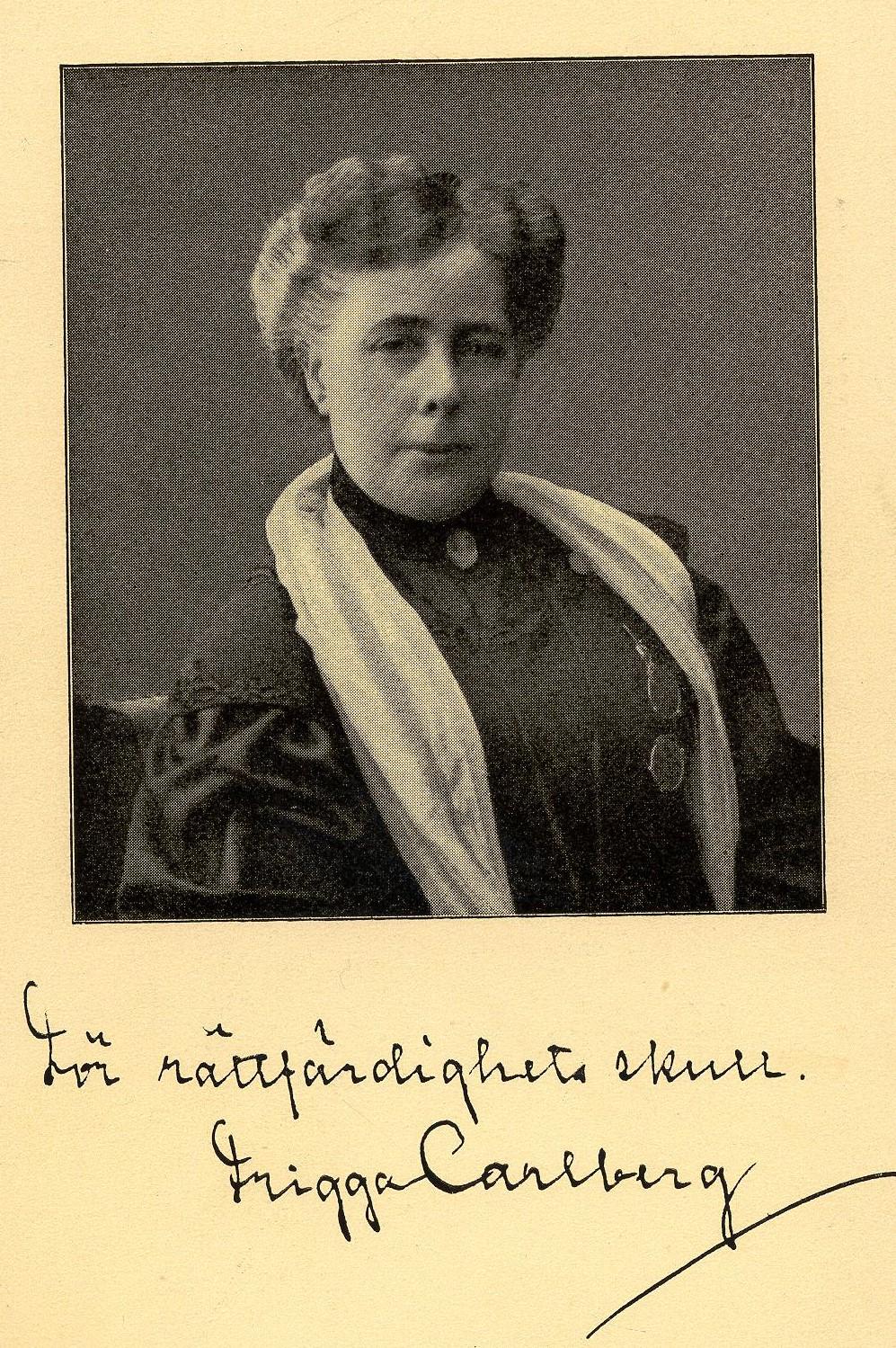 """Rösträttsvykort föreställande Frigga Carlberg, med skriften """"För rättfärdighets skull"""". Fotograf och år okänt (KvinnSam, Göteborgs universitetsbibliotek)"""