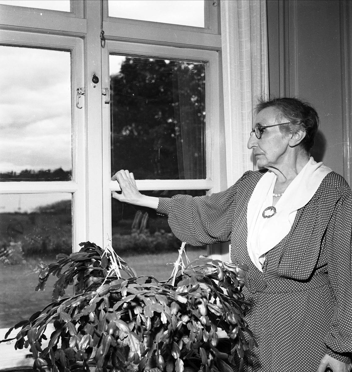 Anna Cederström at Fredrikslund, 1952.  Photo: Uppsala-Bild (Upplandsmuseet, UB002909)