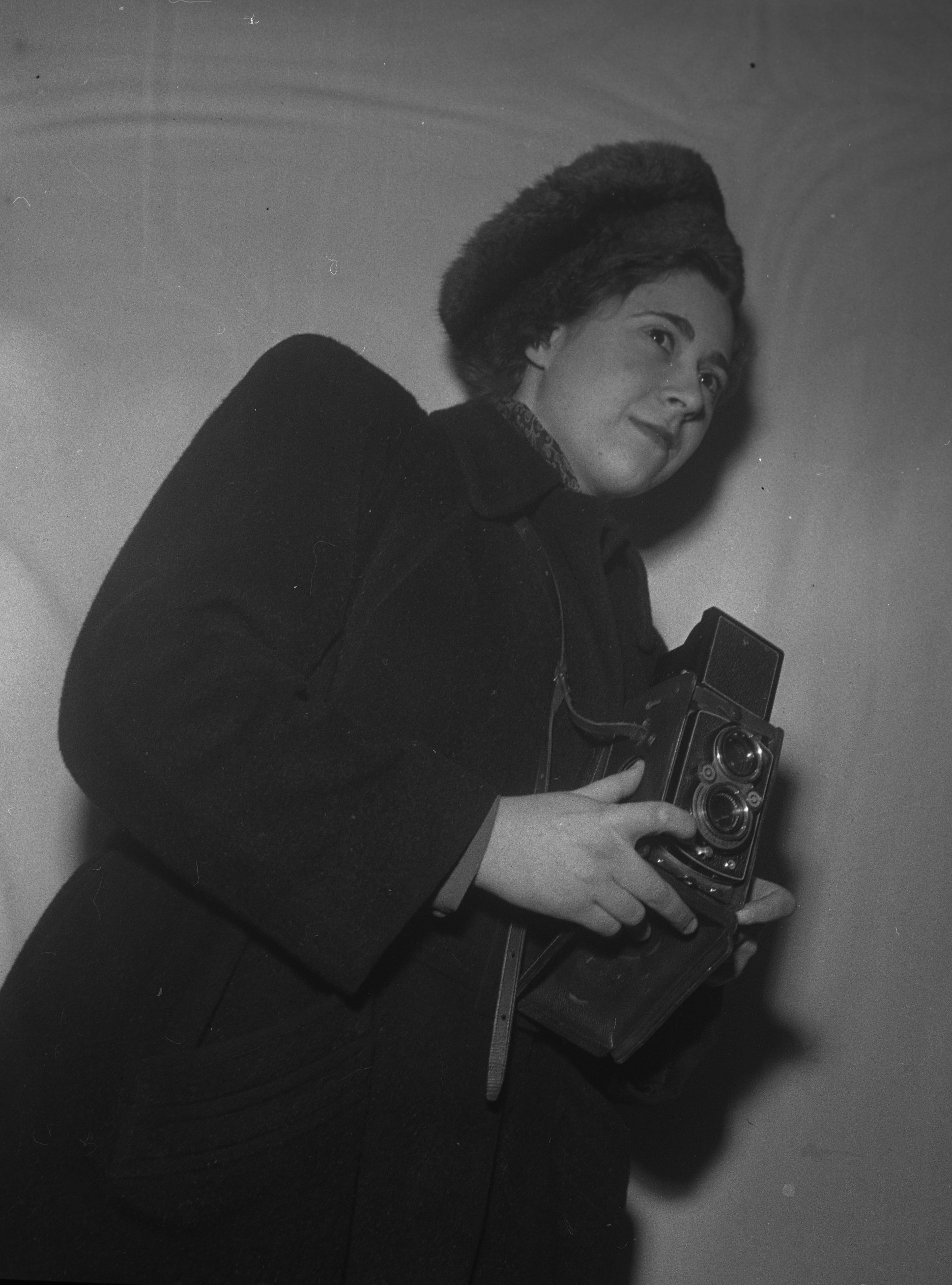 Ellen Dahlberg with camera. Photographer and year unknown (Kulturen in Lund)
