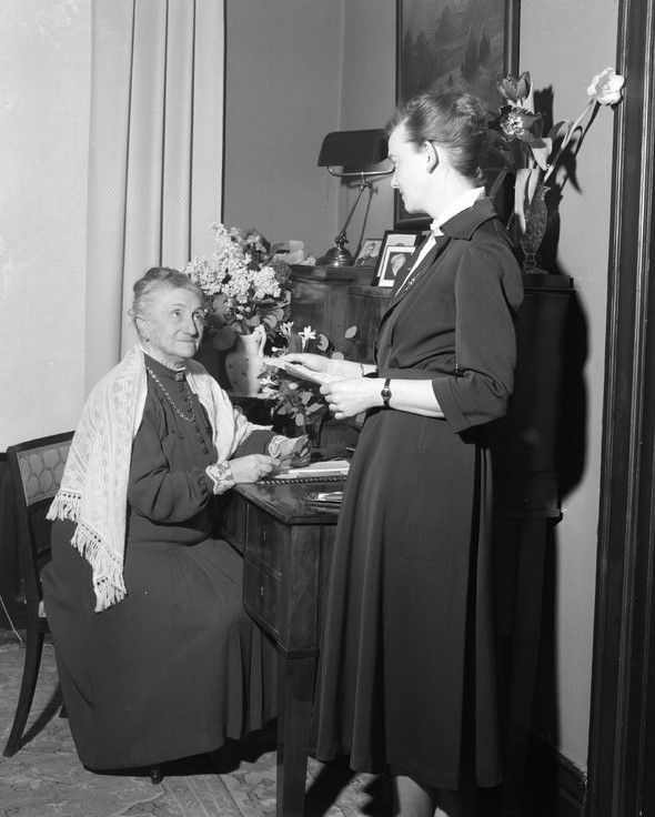 Britta Schill (standing) and Léonie Deshayes, 1951. Foto: Lindberg Foto. Helsingborgs museum (2507-2013:1)