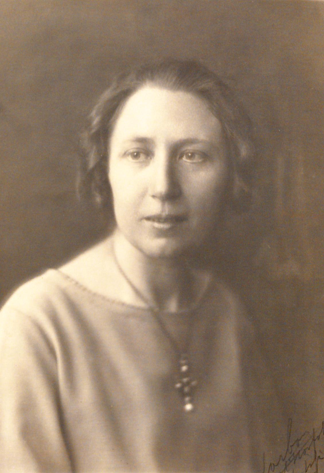 Karin Ek, enligt påskrift 1925. Fotograf okänd (KvinnSam, Göteborgs universitetsbibliotek)