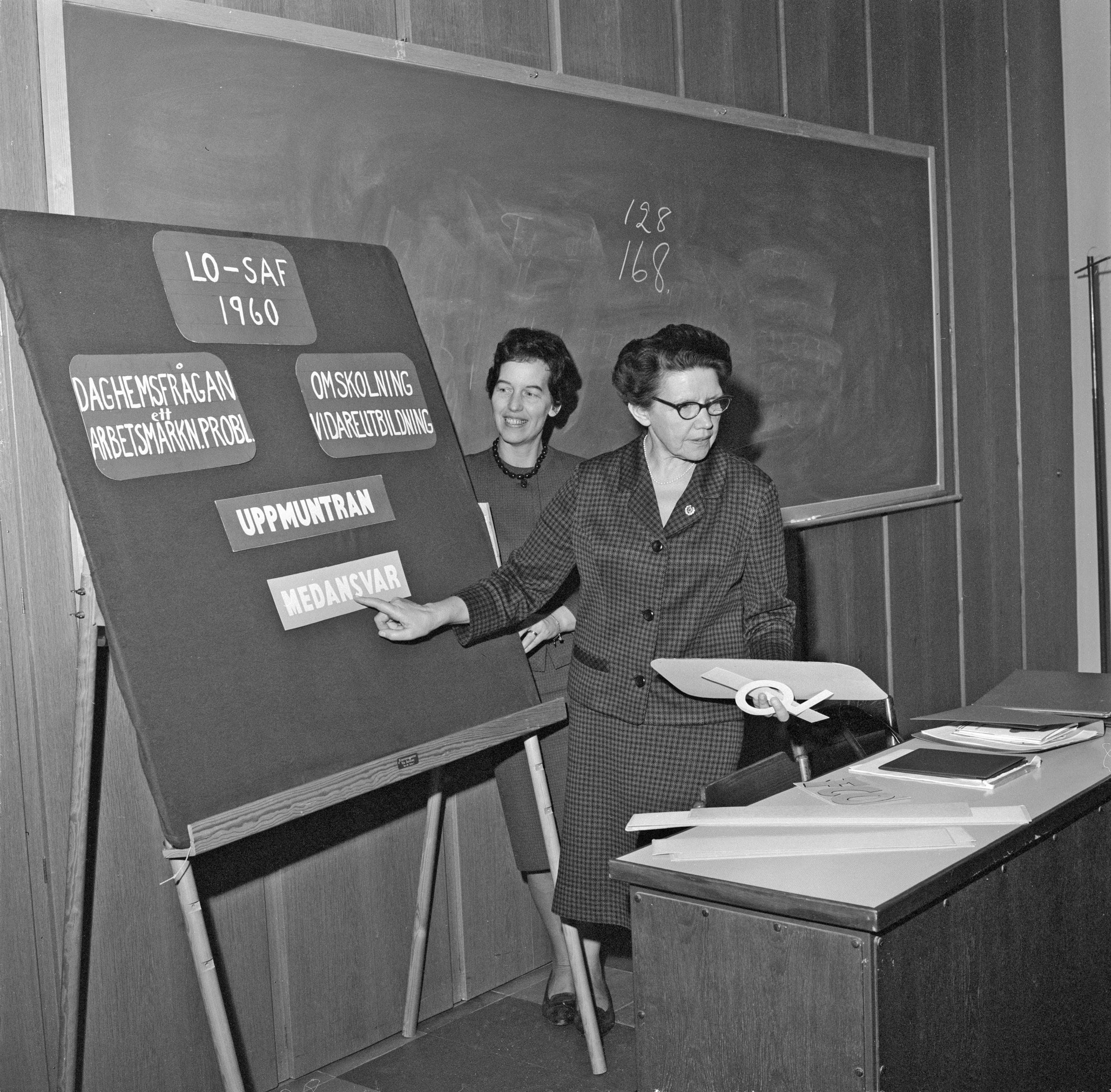 Sigrid Ekendahl håller facklig utbildning på Runös LO-skola, tidigt 1960-tal. Foto: Eric A Lundquist, Arbetarrörelsens arkiv och bibliotek