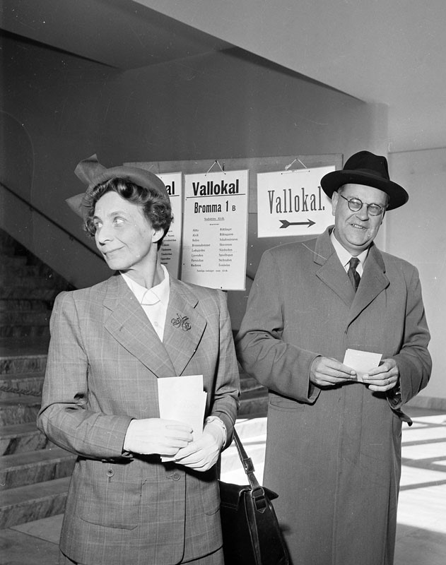 Aina and Tage Erlander casting their votes in the 1950 municipal and local elections, Bromma. Photo: Gunnar Lantz (Stockholm City Museum, SvD 26496, cropped)