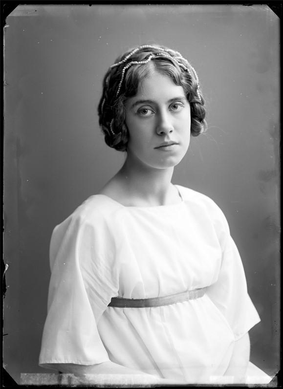 Fanny Falkner i titelrollen i Svanevit, Intima Teatern, 1909. Foto: Atelier Jaeger (skannat glasnegativ). Musik- och teaterbiblioteket, Statens musikverk (GF024)