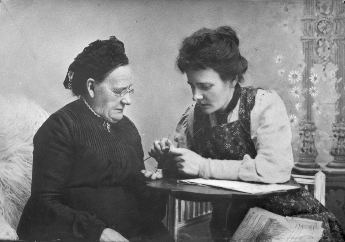 Hanna Ferlin (right) with her mother, Sofia Ferlin, circa 1899-1900. Photo: assumed self-portrait. Vänersborgs museum (VMO01785)