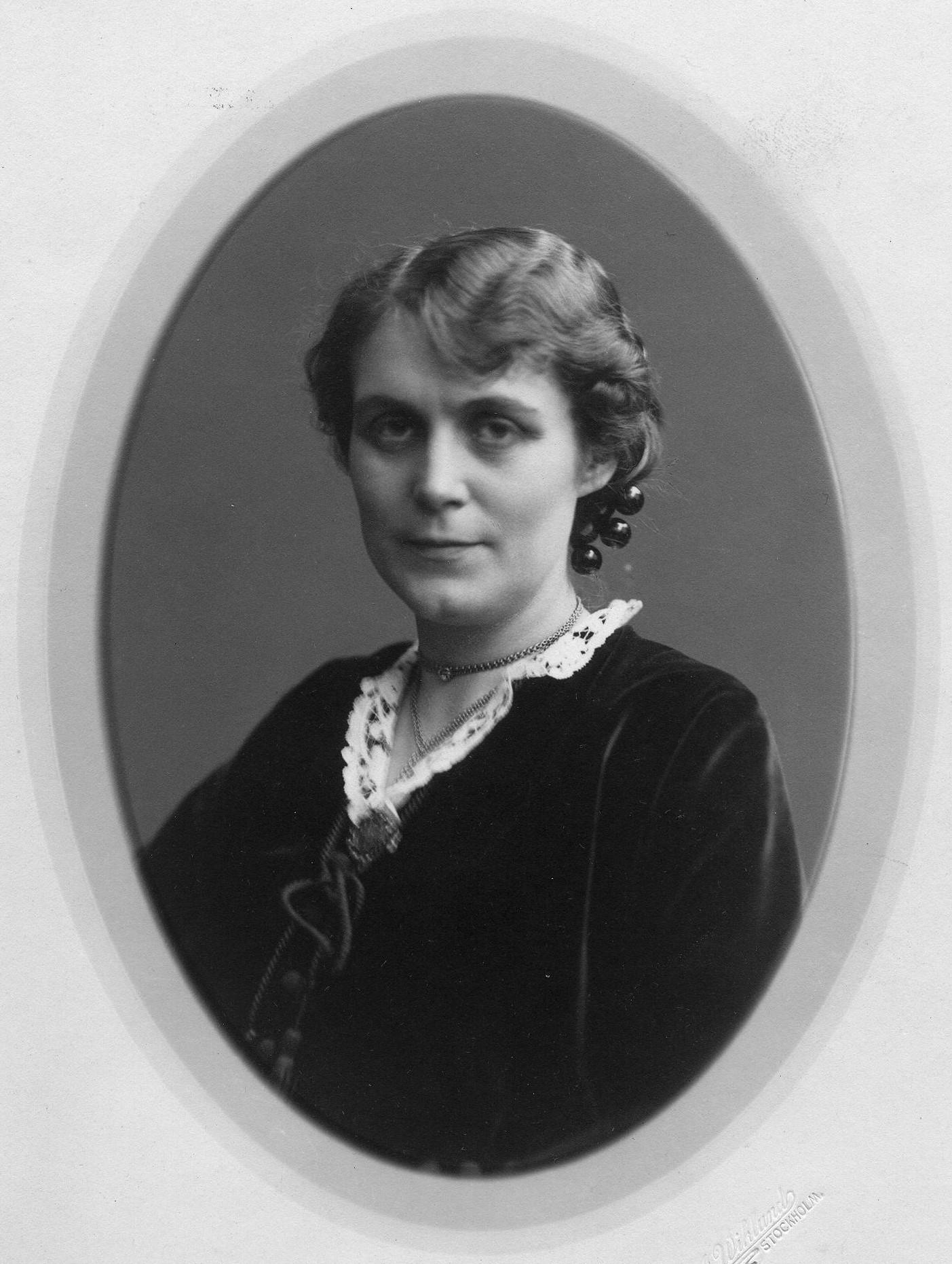 Karin Fjällbäck-Holmgren, 1915. Foto: A. Wiklund, Stockholm (KvinnSam, Göteborg universitetsbibliotek)