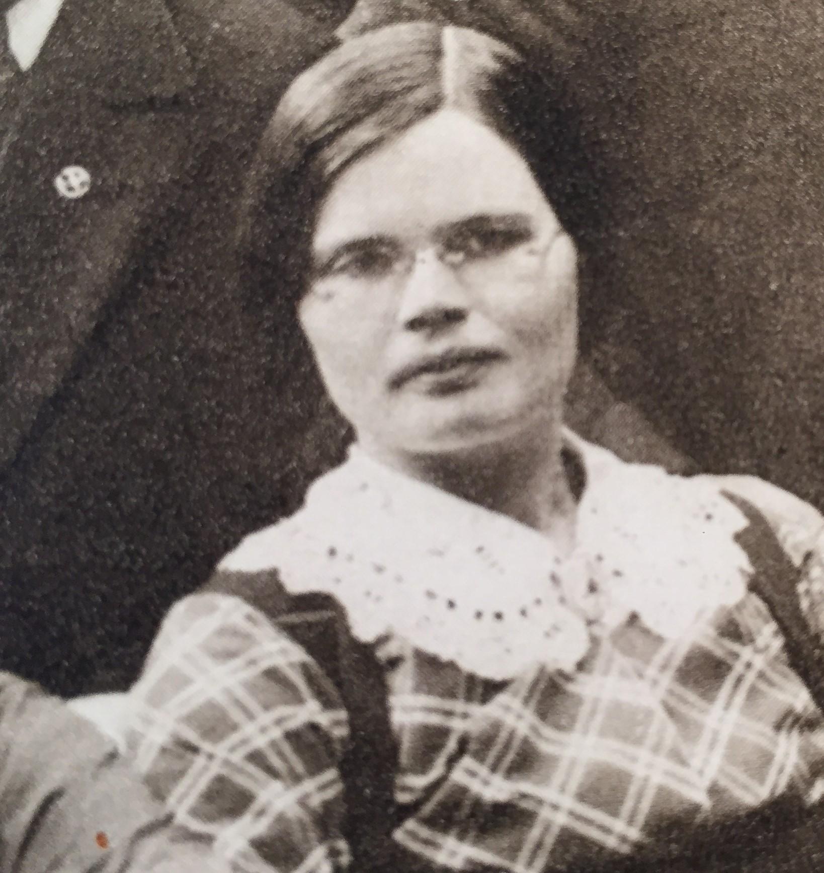 Emma Flood, 1912. Detalj från gruppfoto av Socialdemokratiska Ungdomsförbundets centralkommitté. Fotograf okänd (Arbetarrörelsens arkiv och bibliotek)