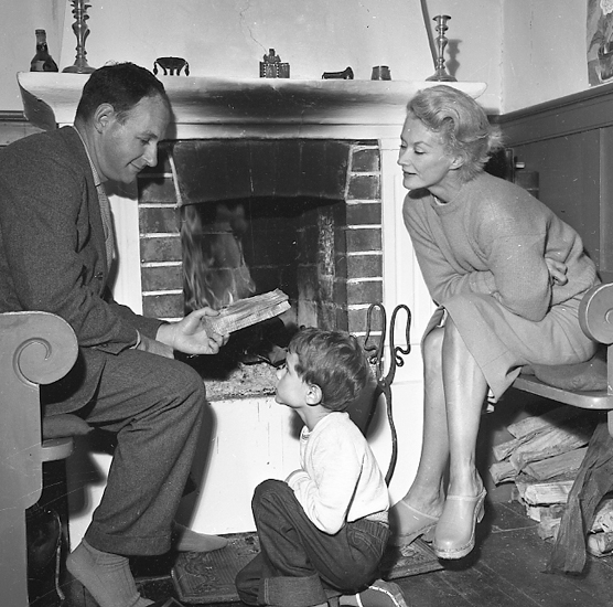 Lisa Fonssagrives-Penn with husband Irving Penn and their son Tom in Uddevalla, 1957. Photo: Arne Andersson (1916-1993). Bohusläns museum, UMFA53240:005979
