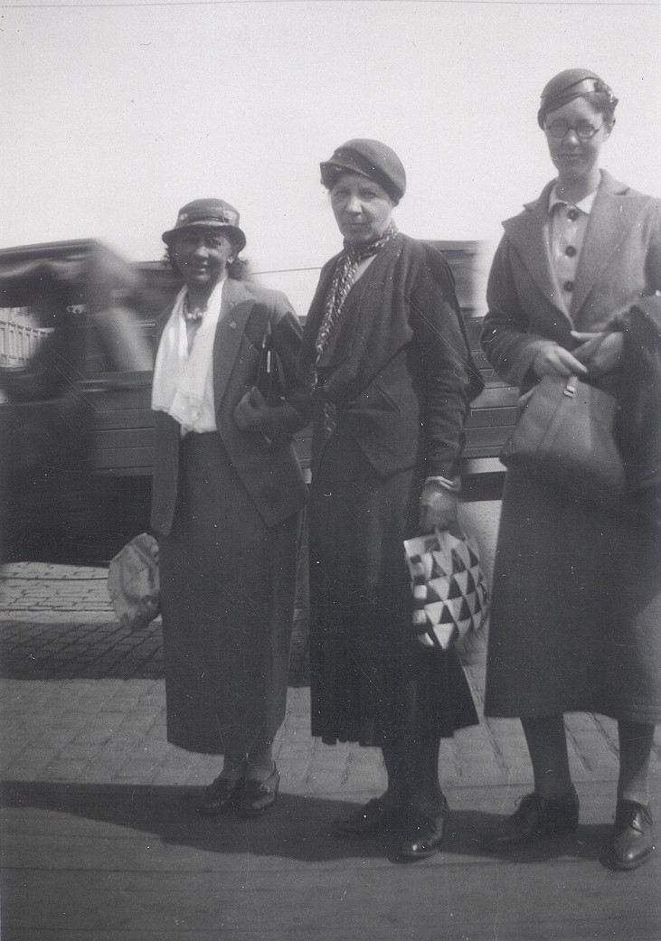 Flory Gate (right) with Elin Wägner (middle) and unknown woman, Helsinki, 1934. Photographer unknown (KvinnSam, Gothenburg University Library)
