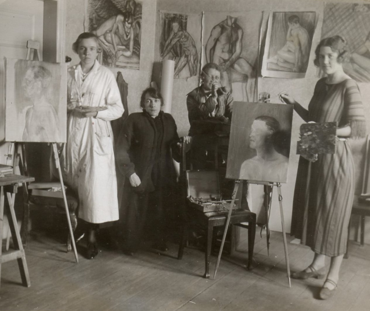 Ester Gill (second from left) with students in the art school she ran in the family home in Malmö, 1922 or 1923. Photographer unknown (privately owned image)
