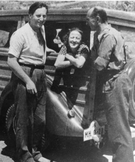 Gerda Grepp flanked by Nordahl Grieg (left) and Ludwig Renn (right), 1937. Photographer unknown (Deutsches Bundesarchiv, 183-17036-0005)