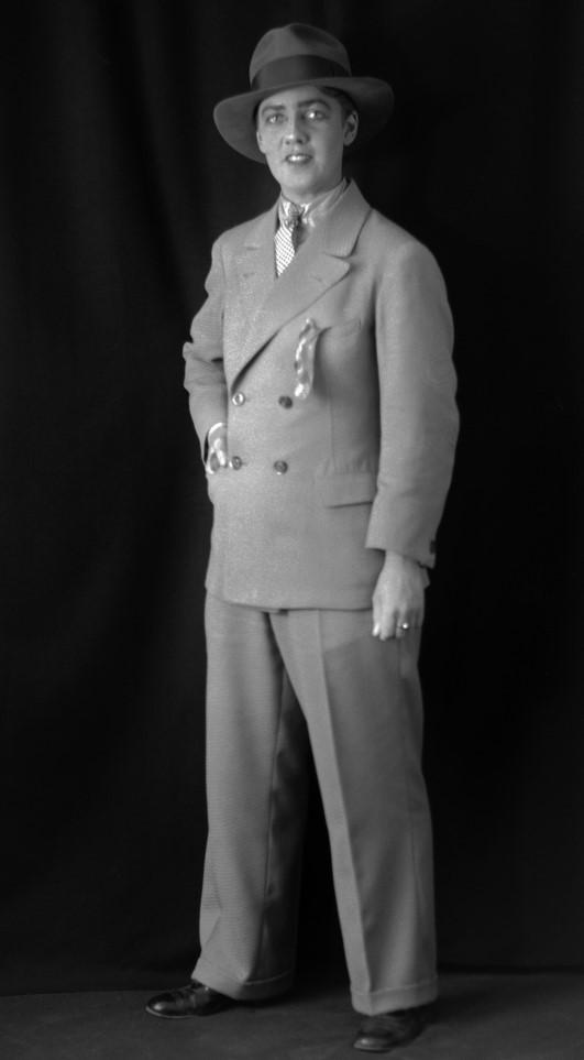 Kai Gullmar iklädd kostym, 1927. Foto: Wilhelm Engblom (Sundsvalls museum, SuM-foto030158 - beskuren)