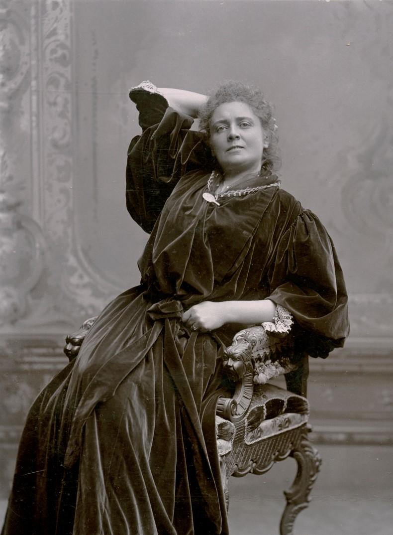 Julia Håkansson in costume as Rita Allmers in Little Eyolf, played at Vasateatern 1895. Photo: Dahllöf, Drottninggatan 47, Stockholm. Image source: Svenskt Porträttarkiv (CC-BY-NC-SA 4.0 – cropped)