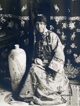 Judit Hanson iförd kinesisk dräkt. Fotograf och år okända (Eskilstuna Stadsmuseum)