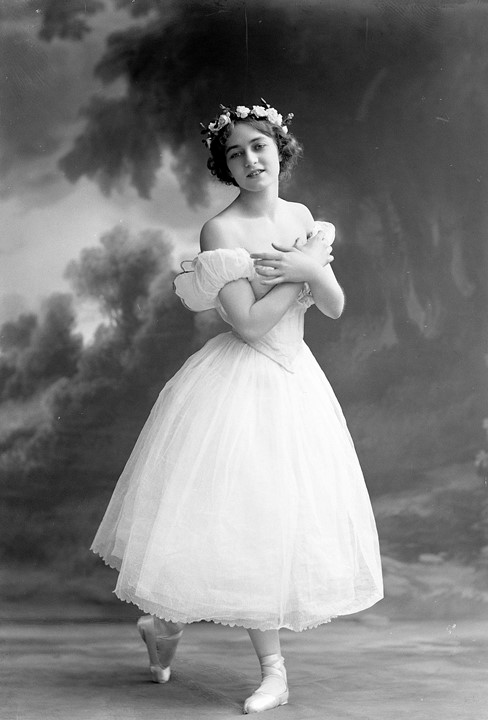 Jenny Hasselquist i the Royal Swedish Opera's production of Les Sylphides, 1913. Photo: Atelier Jaeger (Musik- och teaterbiblioteket, NH054)