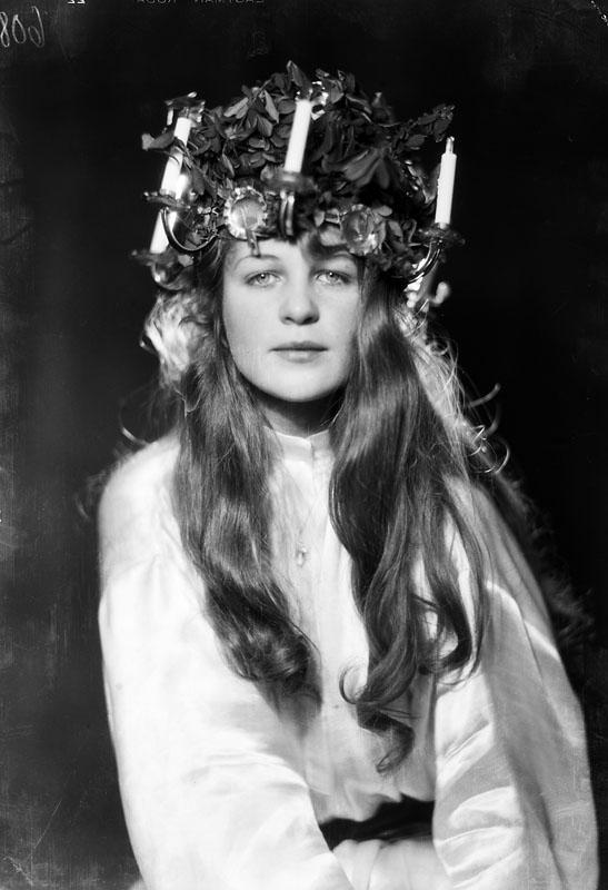 Solveig Hedengran klädd som Lucia, 1928. Foto: Jan de Meyere (1879-1950). Stockholms stadsmuseum, JdM 936