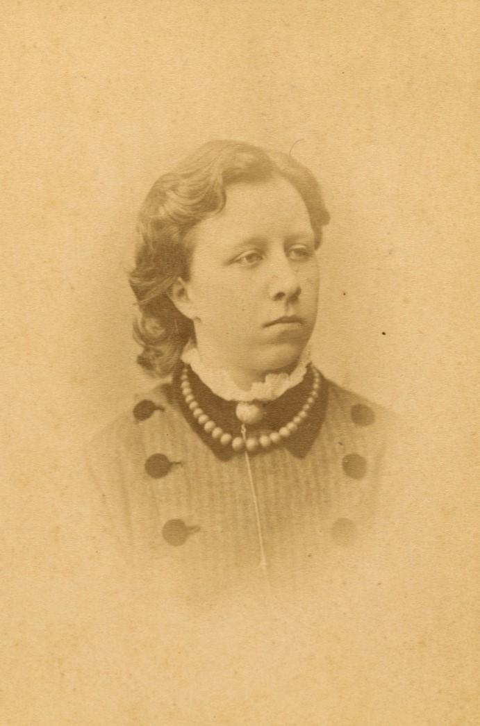 Mathilda Hedlund, enligt påskrift 1880. Foto: Gösta Florman (1831-1900). Mathilda Hedlunds samling, Handskriftsavdelningen, Göteborgs universitetsbibliotek