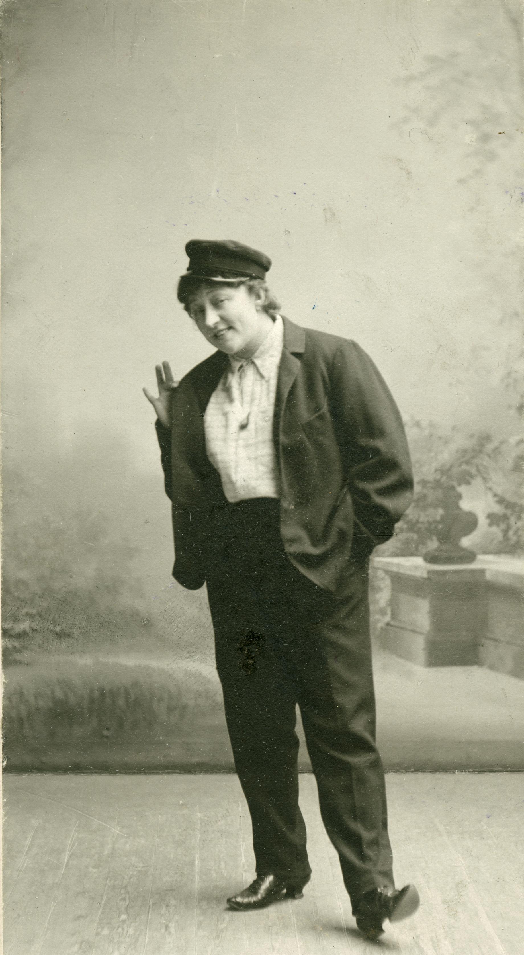 Anna Hofmann-Uddgren i kostym som Ångbåts-Kalle i Den förgyllda lergöken, 1900. Foto: Carl Rosén (1855-1908), Statens musikverk (H11_024)