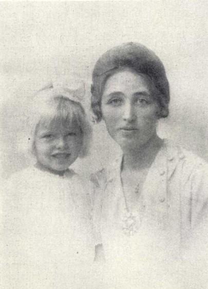 Ester Hofvander-Sandberg med dotter i Idun nr 2, 1920. Fotograf okänd (KvinnSam, Göteborgs universitetsbibliotek)