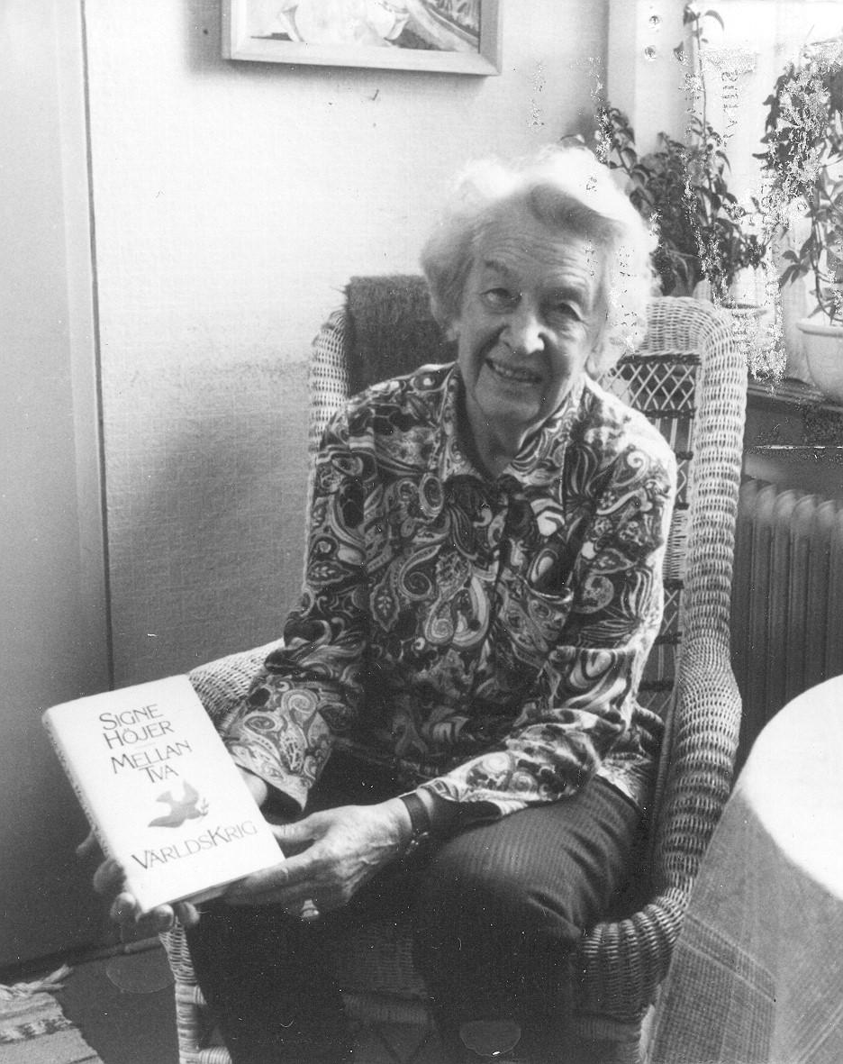 Signe Höjer holding her book Mellan två världskrig, 1987. Photographer unknown (KvinnSam, Gothenburg University Library, B 36)