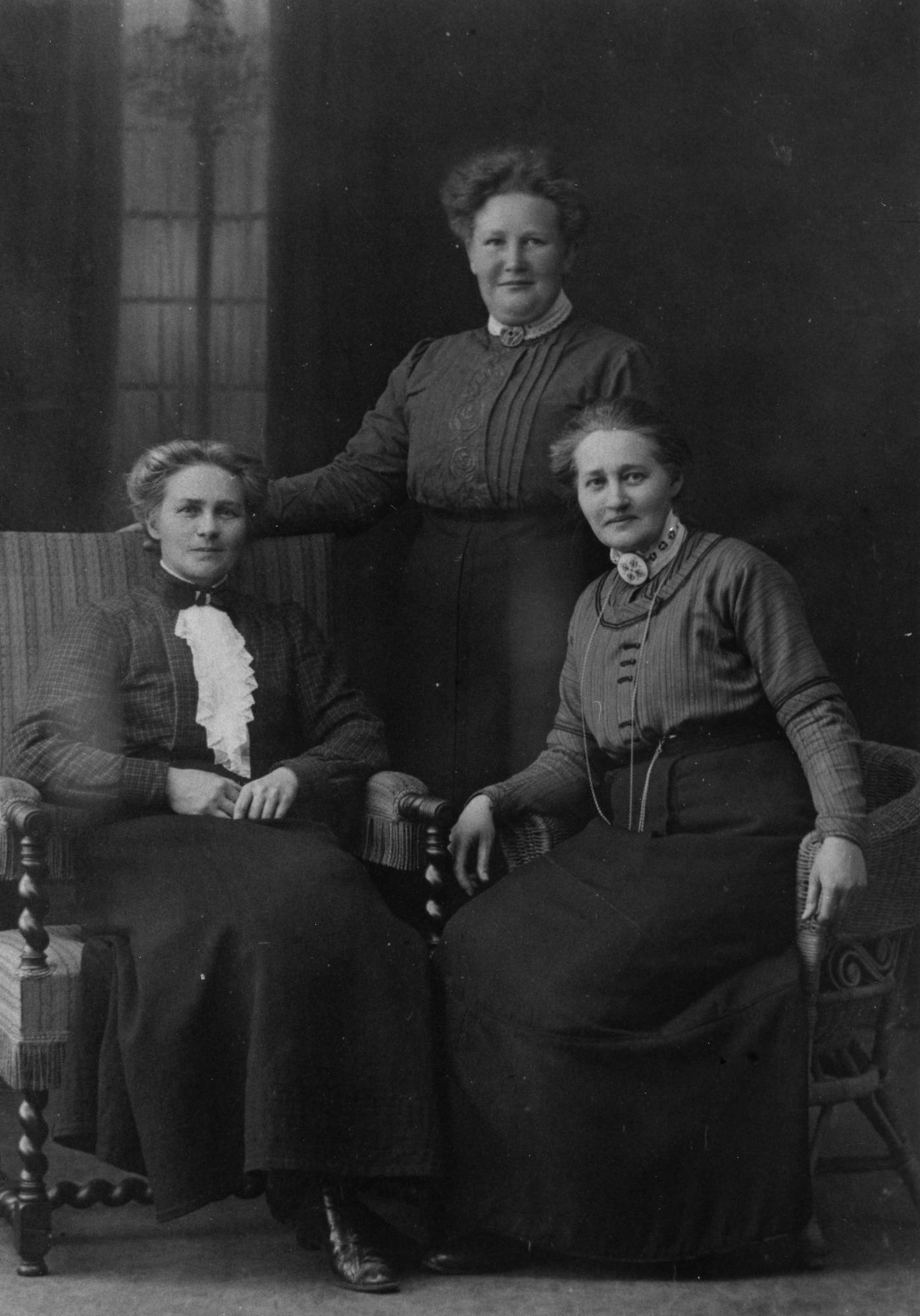 Sigrid Kruse (center) with her sisters Ellen (left) and Ester (right), circa 1900. Photographer unknown (Vrigstads hembygdsförening)