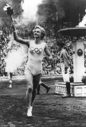 Karin Lindberg bär facklan vid invigningen av de Olympiska ryttarspelen i Stockholm, 1956. Fotograf okänd (bild i privat ägo)