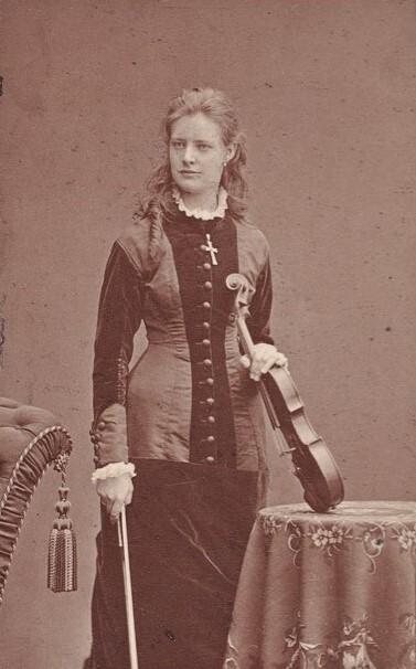 Amanda Maier-Röntgen, cirka 1870-1880. Foto: Mathias Hansen (1823-1905). Kungliga biblioteket