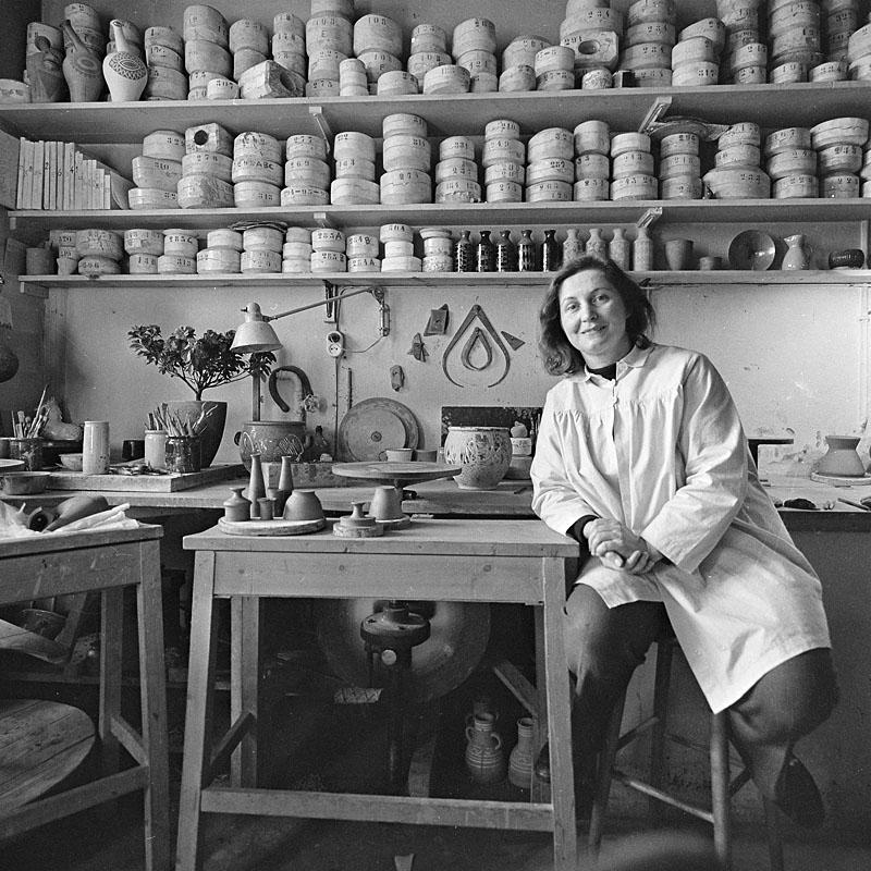 Grete Möller, inför utställningen Söder i konsten, 1955. Foto: Lennart af Petersens (1913-2004). Stockholms stadsmuseum (Fa 40035)