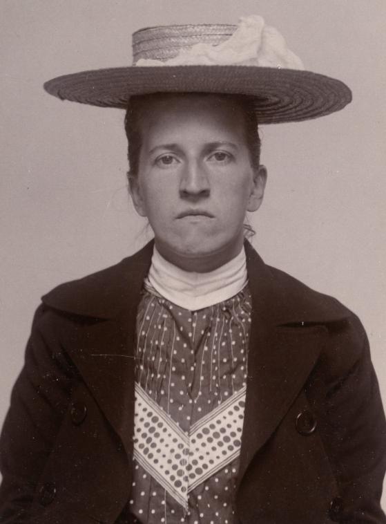 Alva Nordberg. Foto taget 1905 hos polisens kriminalavdelning i Stockholm. Fotograf okänd (Stockholms stadsarkiv SE/SSA0023/01)