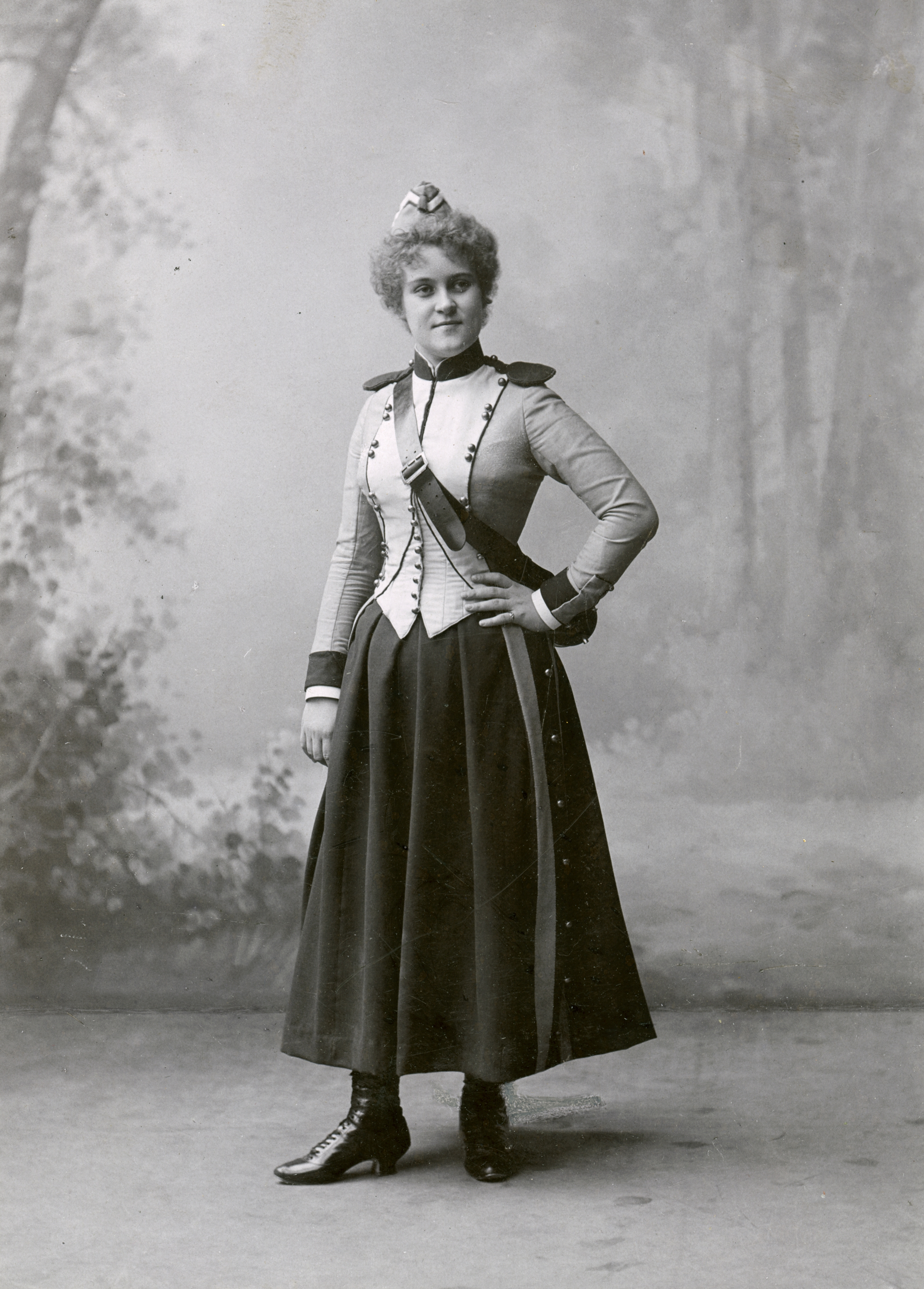Anna Oscàr (Anna Thulin at the time) as Marie in the production of La fille du régiment at the Royal Swedish Opera, 1898. Musik- och teaterbiblioteket, Stockholm (H3_208)
