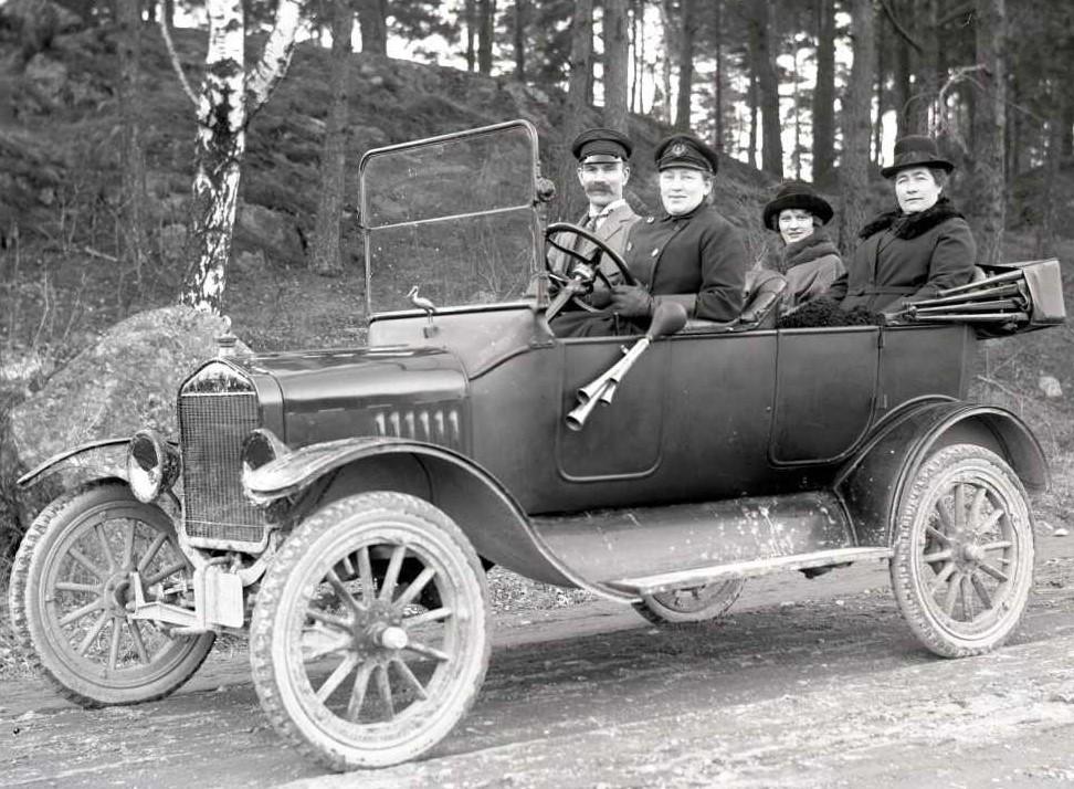 Hilda Pihlgren i förarsätet på sin bil tillsammans med Gustaf och Anna Ekstam samt Ellen Gunnarsson, 1923. Framför vindrutan hade hon en maskot i form av en stork. Foto: Emil Wijgård (1884-1974), Västerås stadsarkiv