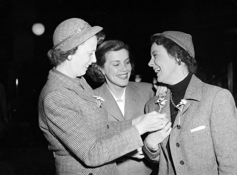 Isa Quensel (right), Sickan Carlsson (center) and unknown woman in press photo from 24 May 1950. Photo: John Kjellström, Svenska Dagbladet (Stockholm City Museum, SvD 21735)