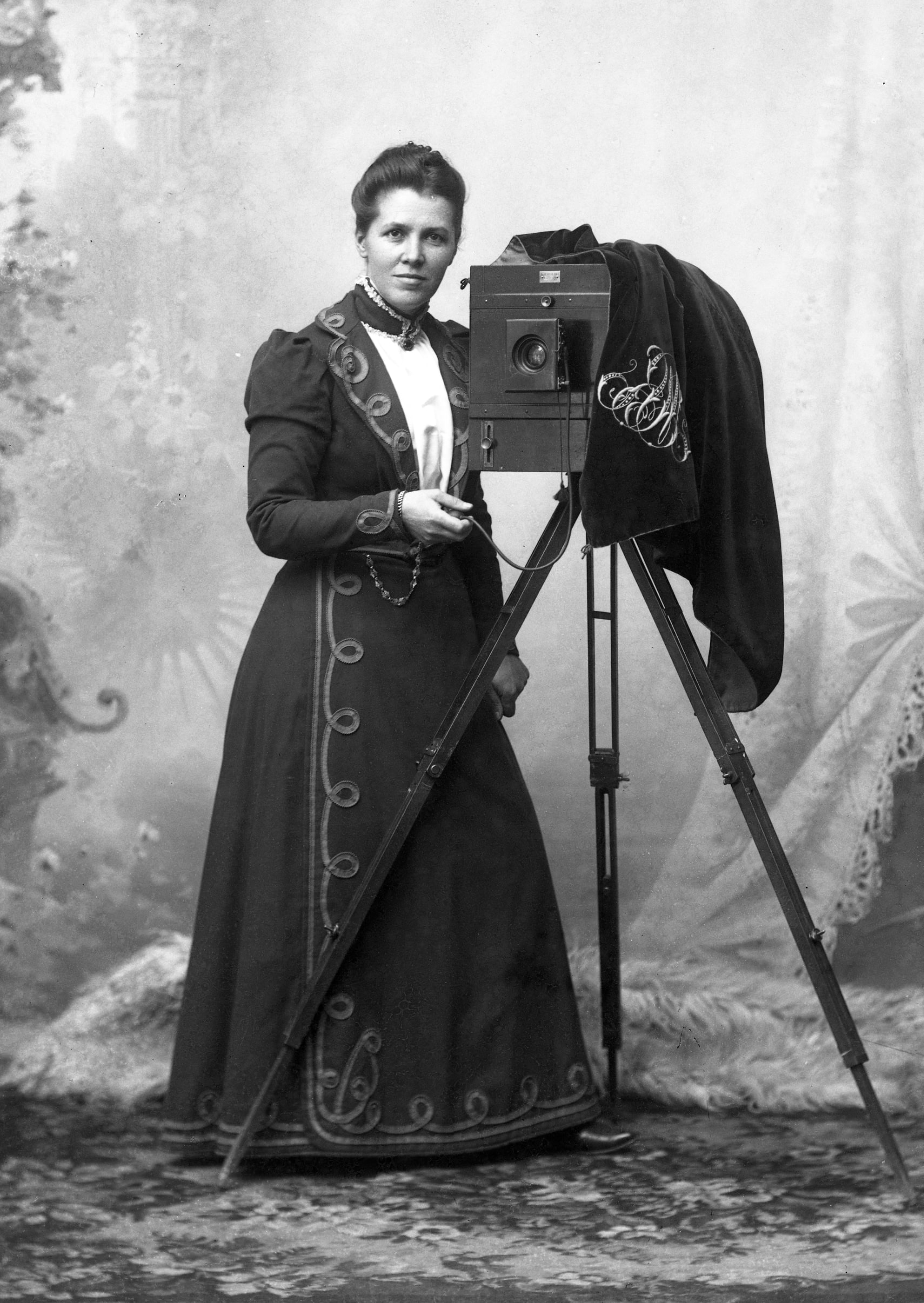 Mathilda Ranch with her camera. Self portrait, 1901 (Hallands kulturhistoriska museums arkiv, MR2:712)