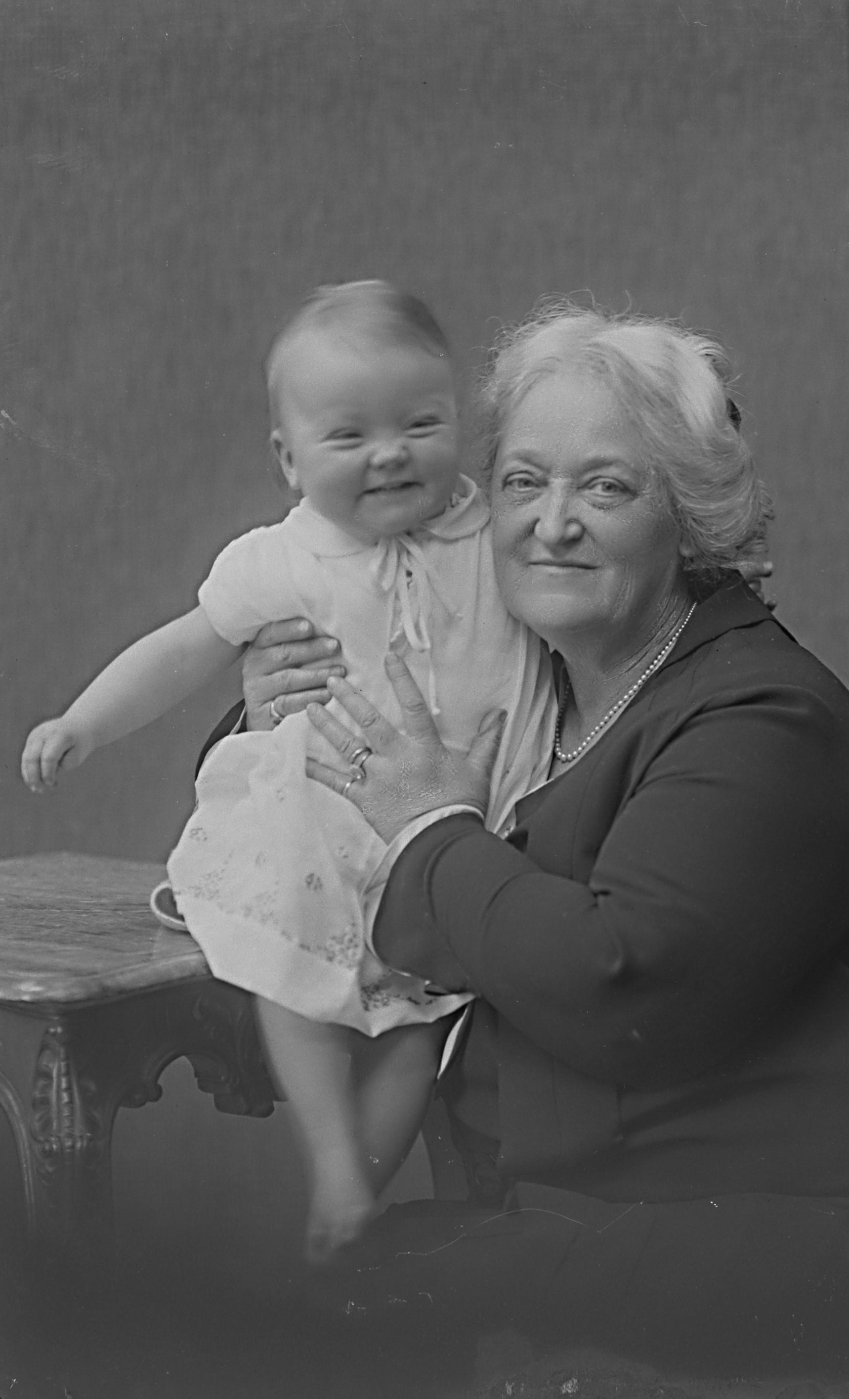 Ruth Randall Edström med barnbarnet Birgitta Lindblom (gift Hambraeus), sedermera riksdagsledamot för Centerpartiet. Foto: Ernst Blom (1877-1954). Västmanlands läns museum (Vlm-Blom P 471)