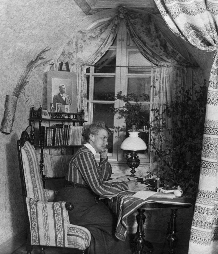 Maria Rieck-Müller i sitt arbetsrum. Fotograf och år okänt. Bildkälla: Sundsvalls museums fotoarkiv (beskuren)