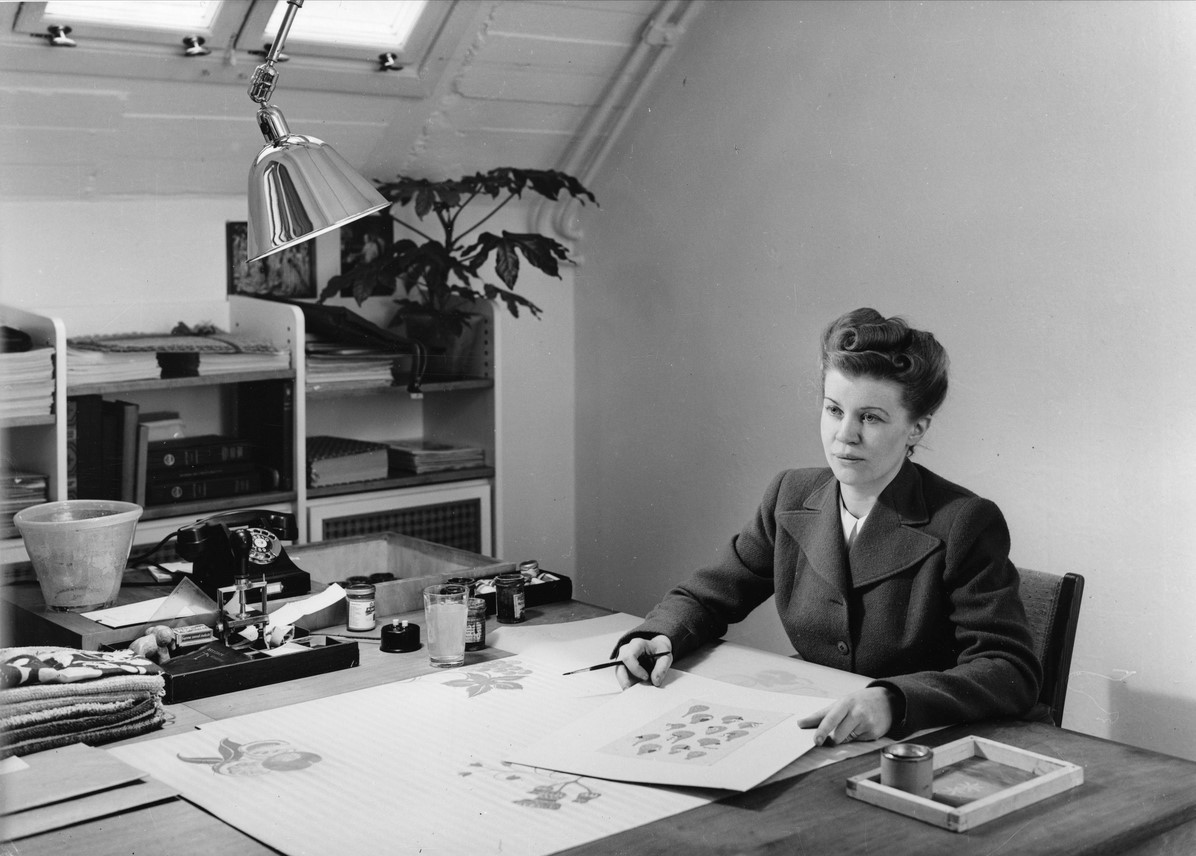 Astrid Sampe by her desk at Nordiska Kompaniet, Stockholm, 1942. Photo: Erik Holmén (1893-1963). Nordiska museet (NMA.0041092)