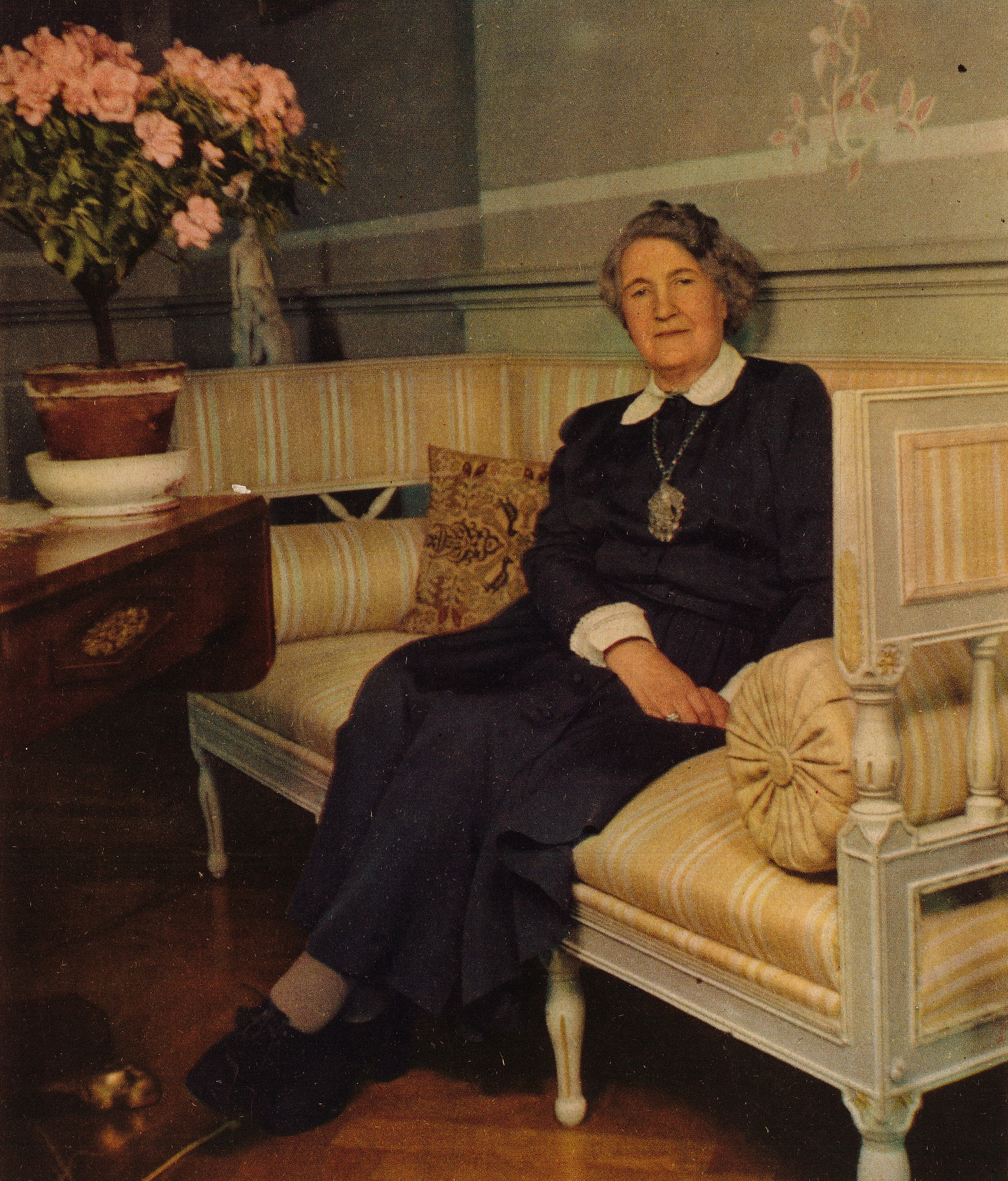 Maja Sandler on the cover of Husmodern nr 17, 1949. Photographer unknown (KvinnSam, Göteborg universitetsbibliotek)