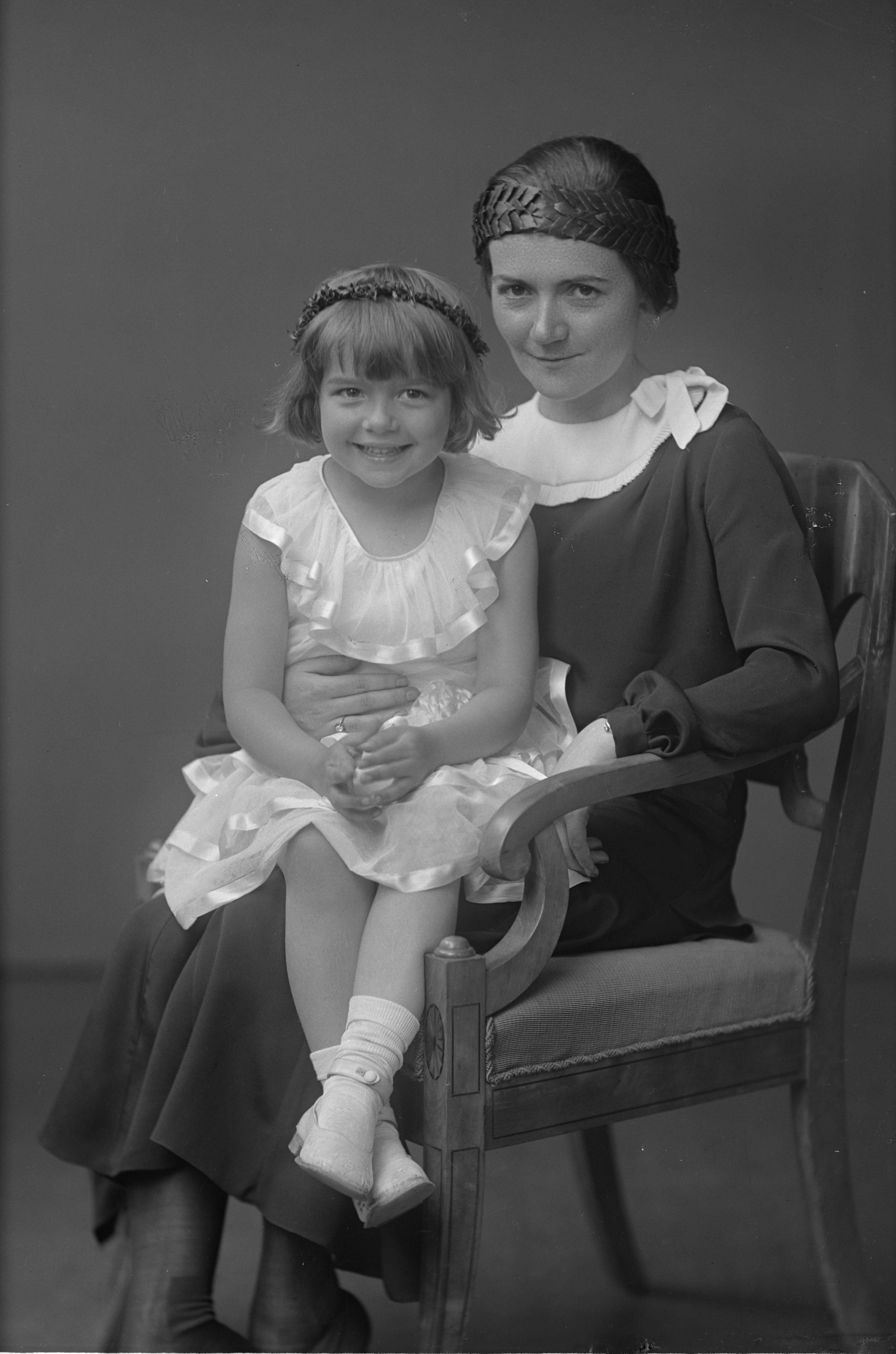 Toni Schmid, as PhD graduate with a girl on her lap, 1931. Photo: Per Bagge (1866-1936). Lund University Library (89261:2)