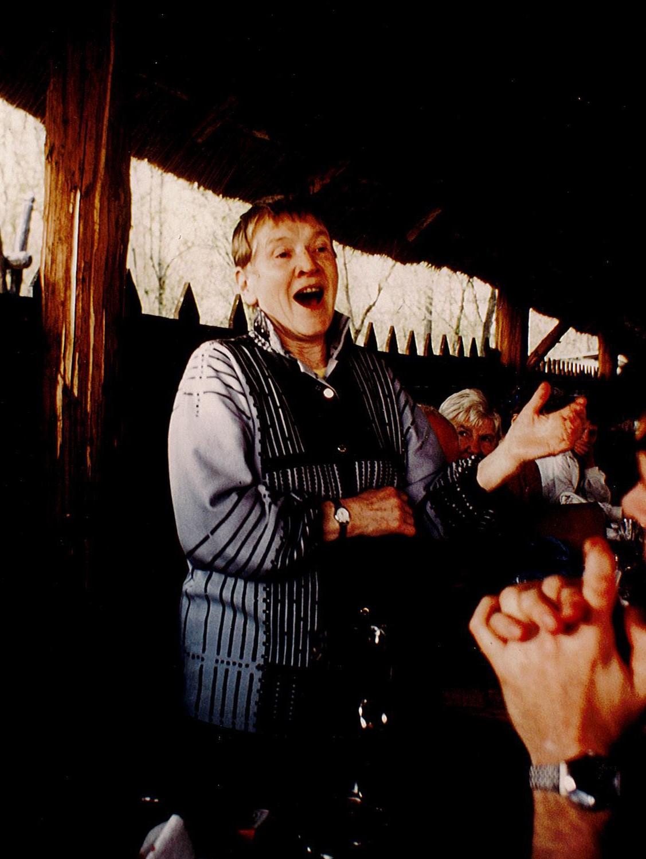 Greta Segerson sjungande ryska sånger under en studieresa i Ungern, 1986. Foto: Lars Hansson (i privat ägo)
