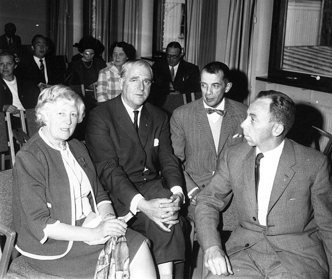 Anna Sodenstierna (left) attending a meeting regarding children with intellectual disabilities, Östersund library, 1962. Photo: Hallings foto. Stiftelsen Jamtli (Hlg18973)