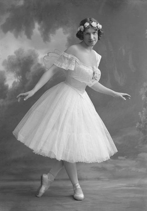 Lisa Steier in the Royal Swedish Opera's production of Les Sylphides, 1913. Photo: Atelier Jaeger (Musik- och teaterbiblioteket, NS059)